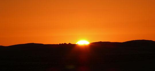 """Die Sonne geht hinter der """"Großen Düne"""" auf"""