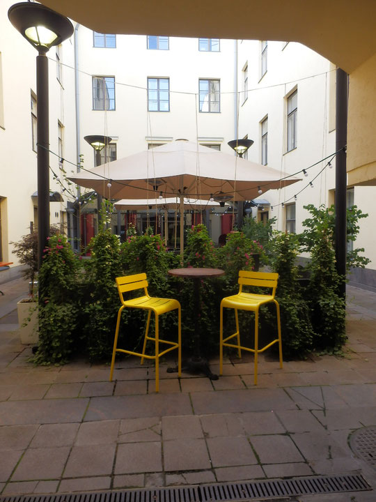 黄色の椅子が印象的な中庭
