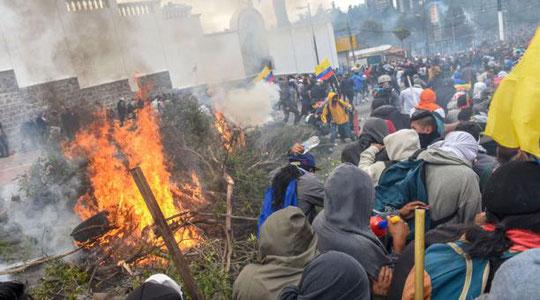Los manifestantes queman ramas y neumáticos durante la movilización del martes 8 de octubre de 2019. Foto: AFP