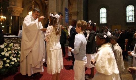 Celebración de la primera comunión en una iglesia. FRED DE NOYELLE GETTY