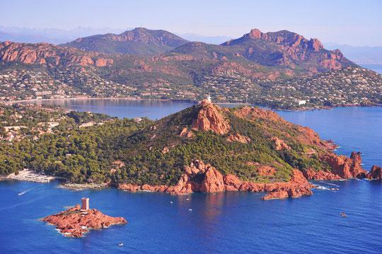 Vue aérienne sur l'île d'Or, le Cap Dramont et l'Estérel : Magique !