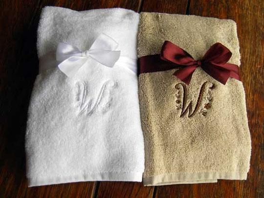 白いタオルには白い糸でリネンカラーのタオルには茶色の刺繍糸で刺繍しました。