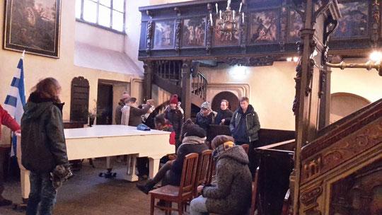 Wir Freiwilligen in einer protestantischen Kirche nach einer (kalten) Altstadtführung