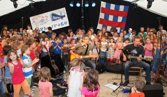 Schulfest Signau Juni 2013 - 170 Kinder singen Chinderland mit Remo Kessler und Ueli Schmezer
