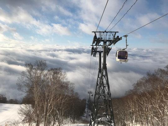 1月23日ゴンドラ山頂駅より。朝は雲海でしたが、この後大雪の大荒れ。そして勤務するスノーパークの新年会でどぶろくに呑まれ私も大荒れに・・・。