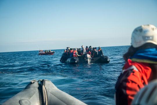 Die Crew beim Rettungseinsatz. Foto: Boris Niehaus — Sea-Watch.org