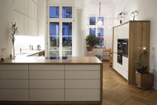 Küchenzeile und Küchenblock aus Massivholz Eiche die vielen Schubladen bieten ausreichend Stauraum und hohen Komfort