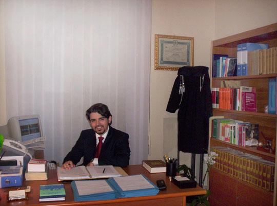 L'Avvocato Giovanni Chiricosta nel suo studio di Piazza Armerina
