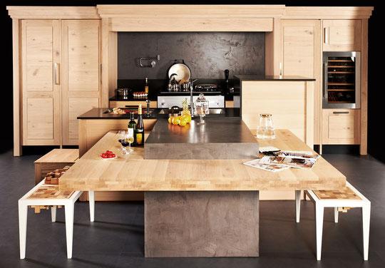 KEGIN , cuisine bois brut design contemporain , granit noir Z , béton ciré , banc , îlot central , lave-vaisselle surélevé ,  plan de travail à hauteur réglable , chêne massif bois debout , AGA 3 fours ATC , pot filler Dornbracht ,  cellier , cave à vin ,