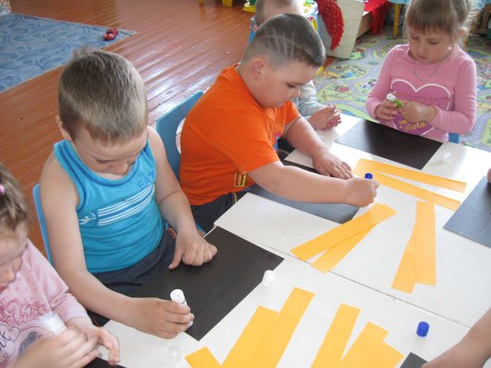 Ребята средней группы за работой по изготовлению деталей для общей Георгиевской ленточки