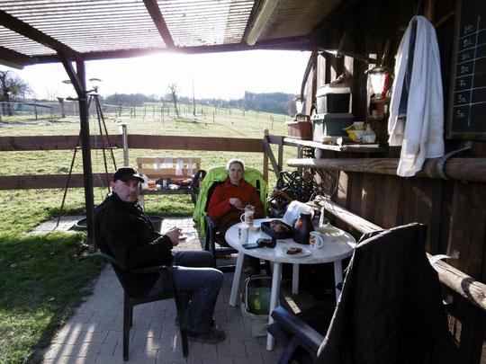 Bei Kaffee, Tee und Marmorkuchen - bei 12° und 11 Tage vor Weihnachten im Gärtchen am Stall