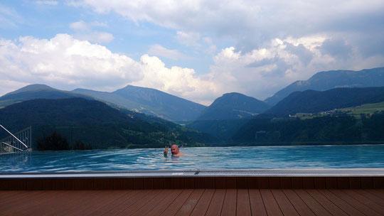 Ausspannen am/im Pool mit Blick auf den Außerraschötz, Saltner und Schlern