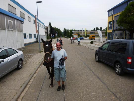 Heimwärts durchs Industriegebiet - inkl. Autos und vielen Radfahrern