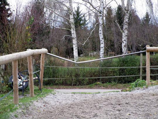 Die von Kurt demolierte Eisenstange; auch der Pfosten rechts muß ausgetauscht werden