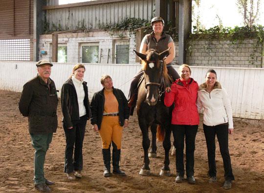 Gruppenbild mit Pferd: Dr. Dörr, Julia, Maike, ich auf Kurti, Astrid und Daniela