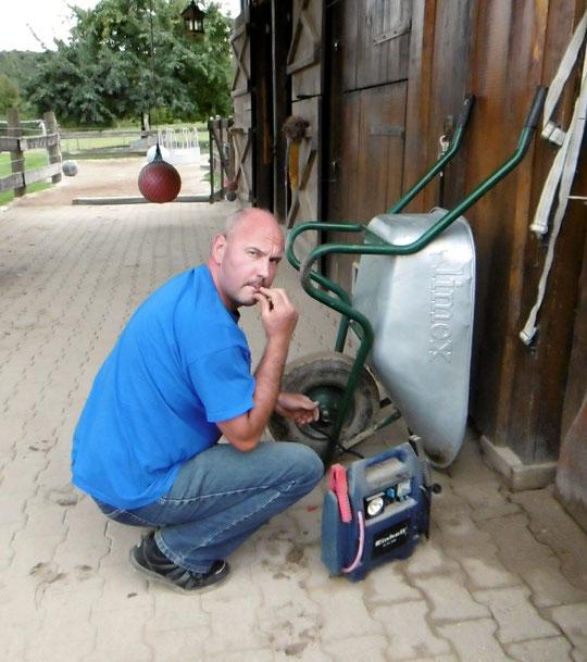 Luft über den Kompressor für den Reifen am Schubkarren