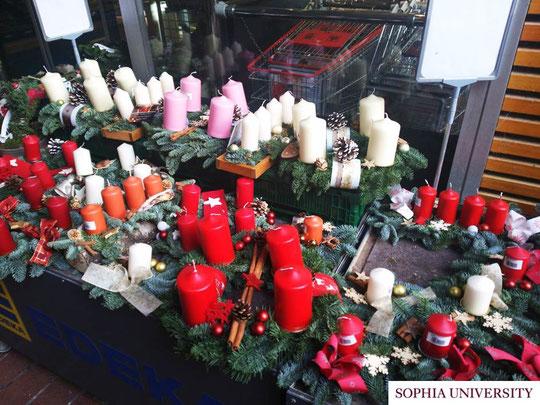 クリスマスマーケットで販売されている「アドベントキャンドル」。リースなどのアレンジメントにキャンドルを4本立て、クリスマスまでの4週間、日曜日ごとに1本ずつ灯していきます。
