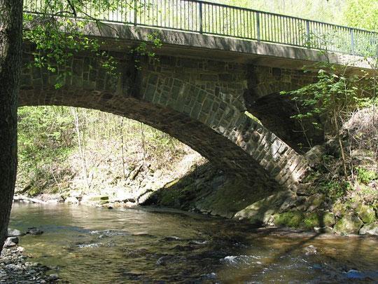 Pluwig. Der rechte (nördliche) Brückenkopf liegt in Pluwig, die linke Seite in Schöndorf. (Ansicht von Schöndorf aus)