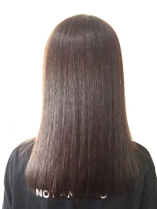 ディーマヘアーのオリジナルレシピの縮毛矯正剤でこの通りです。もちろん髪の軟化度合い、ブロー、アイロンワーク、すべての技が必要です。術