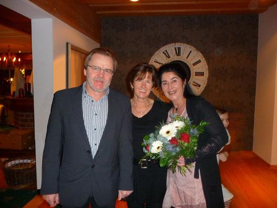 Von links: Unser Waidringer Bürgermeister Georg Hochfilzer und seine Gattin Maria gaben meiner Wenigkeit die Ehre. Über die Blumen habe ich mich außerordentlich gefreut! ******************************** Foto: Ingrid Millinger