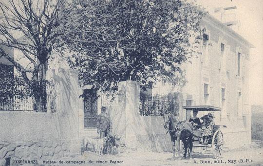 L'Espéranza. On aperçoit le ténor avec sa meute de chiens devant la porte d'entrée et Alba avec les deux petites filles dans la calèche. (collection de l'auteur)