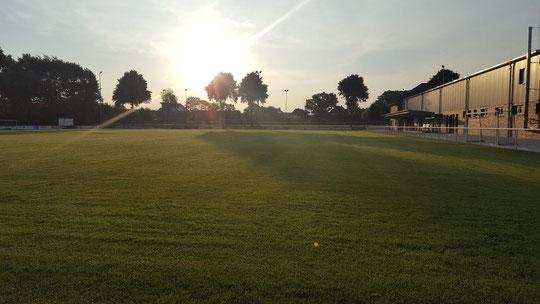 In gut einer Woche startet der OM-CUP. Dieses idyllische Foto entstand heute morgen um 06:30 Uhr auf dem OM-CUP Gelände. Die Vorbereitungen laufen...