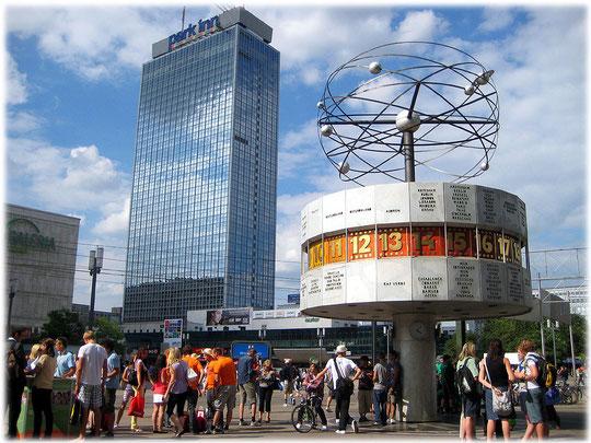Bilderbuch Berlin: Ein Bild von der Weltzeituhr am Alexanderplatz und vom Park Inn Hotel. Das Foto zeigt außerdem betrunkene Jugendliche, die den Junggesellenabschied feiern.