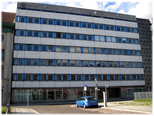 Ein Bild von einem Bauwerk der DDR. Auf dem Foto sieht man das Ministerium für Bauwesen der DDR an der Breiten Straße in Berlin Mitte. Das Bauwerk ist in DDR-Plattenbauweise errichtet.