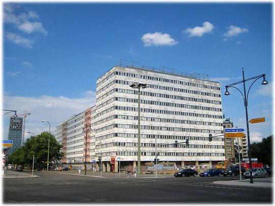Ein Bild von einem alten DDR-Bürogebäude am Alex, das unsaniert ist und auf den Abriss wartet. Das Foto zeigt ein verkommenes altes Haus aus der sozialistischen DDR zu Zeiten Ostberlins.