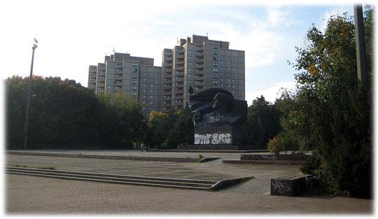 Ein Bild von Ernst Thälmann am Ernst-Thälmann-Park in Berlin. Ernst Thälmann war Vorsitzender der Kommunistischen Partei Deutschland KPD. Bilder von kommunistischen Symbolen in der DDR.