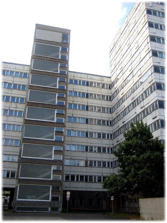 Ein Foto von der Hinterseite des Amtes für Statistik in der ehemaligen DDR. Die Bilder zeigen die Plattenbauweise der DDR, hier speziell am Amt für Statistik in der DDR.
