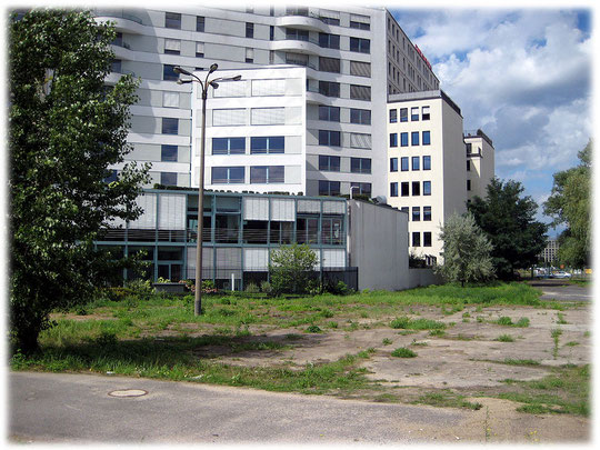 Das Bild zeigt eine Lampe, wie sie an der Berliner Mauer zur Grenzsicherung verwendet wurde. Rechts auf dem Bild erkennt man den festen Betonuntergrund, auf dem die DDR-Grenzposten flanierten.