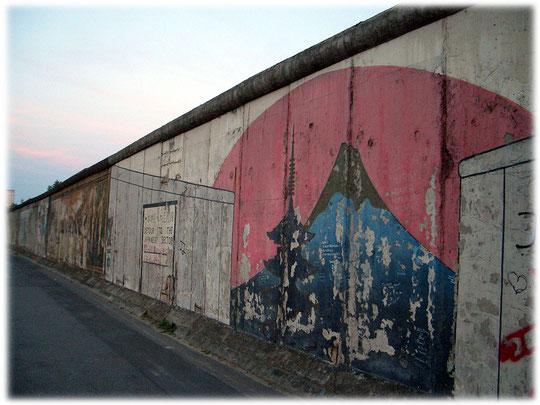 Bilder und Fotos von der Mauer in Berlin und den Resten der Berliner Mauer. Bild vom Mount Fuji in Japan auf der East-Side-Gallery. Viele Japaner fotografieren dieses Motiv auf der Berliner Mauer.