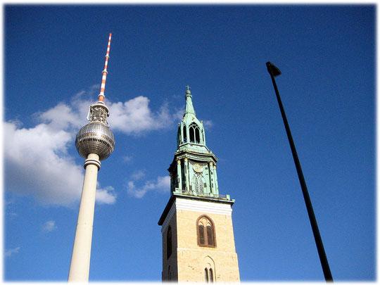 Das Bilderbuch Berlin zeigt interessante Fotos vom Fernsehturm am Alexanderplatz in Ostberlin, sowie Bilder von den Spuren der DDR und der Geschichte der DDR im Osten der Hauptstadt.