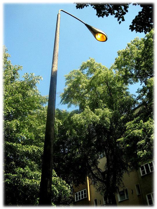 Das Bild zeigt eine alte DDR-Lampe zur Grenzbeleuchtung. Auf dem Foto ist deutlich zu erkennen, dass das Flutlicht bis heute funktioniert und noch immer die Berliner Mauer erleuchten könnte.