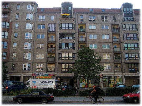 Auf diesem Foto der Edelplatte in Berlin Mitte erkennt jeder, dass der typische Ossi hier in besseren Verhältnissen wohnen durfte. Das Bild zeigt Balkone, Terrassen und einen schönen Wohnungsschnitt.