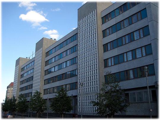 Ein Foto der Botschaft von Nordkorea in Berlin. Das DDR-Bauwerk ist in moderner DDR-Architektur errichtet. Früher stand hier das Hotel Kaiserhof, in dem Hitler oft residierte.
