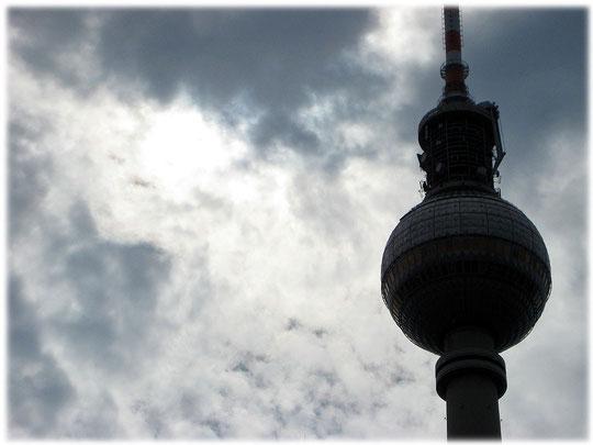 Ein Bild vom Fernsehturm in Berlin bei Gewitter. Die Kuppel ist auf dem Foto deutlich zu erkennen. Das Bilderbuch zeigt die Spuren der Geschichte der DDR am Alexanderplatz und in Ost-Berlin.