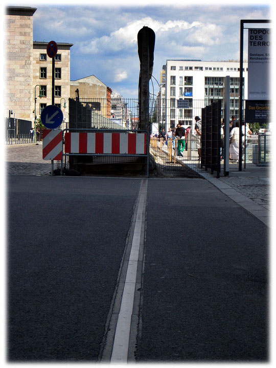 """Auf diesem Bild sieht man die Berliner Mauer im Profil. Rechts ist das Denkmal """"Topographie des Terrors"""", links verläuft die Niederkirchnerstraße. Bilderbuch Berlin - Die Geschichte Berlins."""