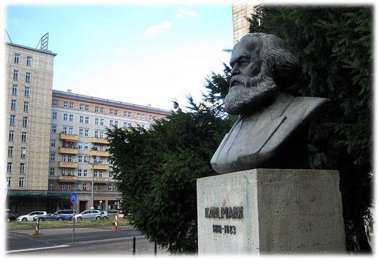 Bilder und Fotos von Karl Marx als Statue in Berlin. Karl Marx war ein Symbol für den Kommunismus und den Sozialismus in der DDR.