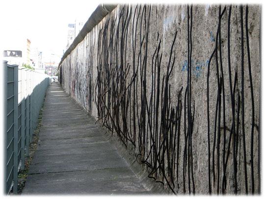 Fotos und Bilder der Spuren der Berliner Mauer. Die Reste der Berliner Mauer in Wort und Bild. Reste der Grenzanlage an der Niederkirchnerstraße in Berlin-Mitte.