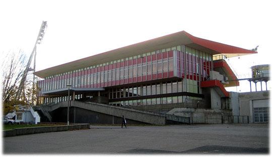 Ein Bild der Haupttribüne des Sportparks Friedrich Ludwig Jahn Sportstadions in Berlin, Gleimviertel, nahe Mauerpark im Prenzlauer Berg.