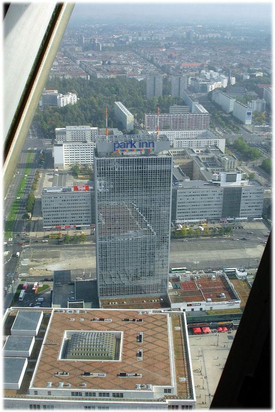Das Bild zeigt den Alexanderplatz im Jahr 2007. Das Hotel Park Inn war während der DDR das Hotel Stadt Berlin. Bilderbuch über die Geschichte der DDR am Alexanderplatz.