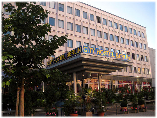 Auf dem Bild ist ein Plattenbau der DDR zu sehen, welcher heute als Hotel bzw. Hostel genutzt wird. Auf dem Foto ist die Plattenbauweise deutlich zu erkennen.