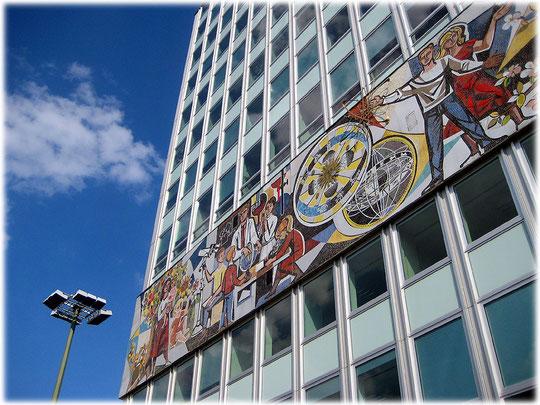 Wandbilder am Haus des Reisens in der DDR. Bilder von Symbolen für Lehrer und Forscher in der ehemaligen DDR. Das Foto zeigt das Wandbild von Walter Womacka.