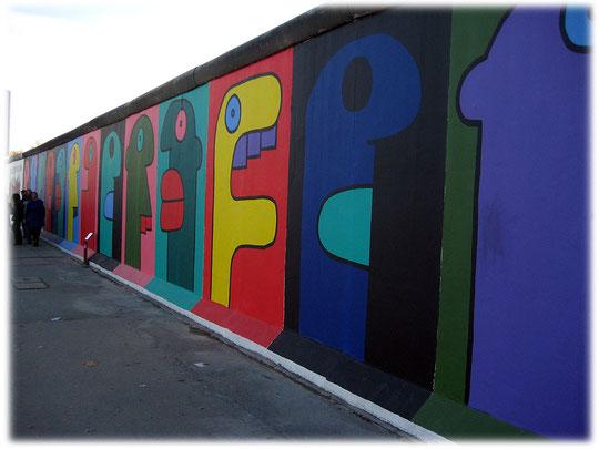 Die East-Side-Gallery in Friedrichshain wurde inzwischen aufwendig renoviert und restauriert. Die zahlreichen Bilder erstrahlen nun wieder in altem Glanz. Die Geschichte der Berliner Mauer.