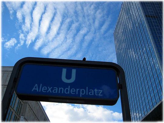 Das Bild zeigt den Ausgang der U2 am Alexanderplatz mit Ausgang in Richtung Hotel Park Inn und Galeria Kaufhof. Bilder und Fotos vom Alexanderplatz in Berlin mit den bauten aus der DDR.