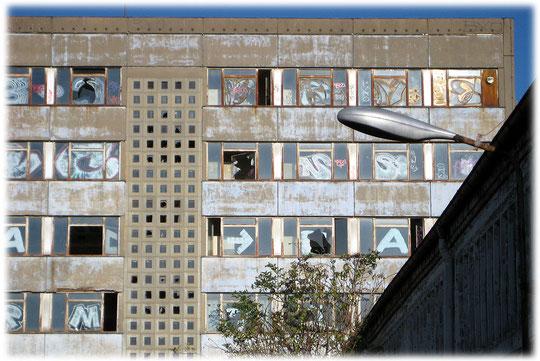 Bilder von Bürohäusern in der DDR und Ostberlin, die nicht mehr genutzt werden. Bilder und Fotos von den Plattenbauten in Berlin und in der DDR.