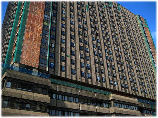Bilder vom Bettenhochhaus der Charite in der Mitte von Berlin. Die DDR hat hier ein Krankenhaus in Plattenbauweise errichtet. Auf dem Foto hier kann man die einzelnen Platten sehr gut erkennen.