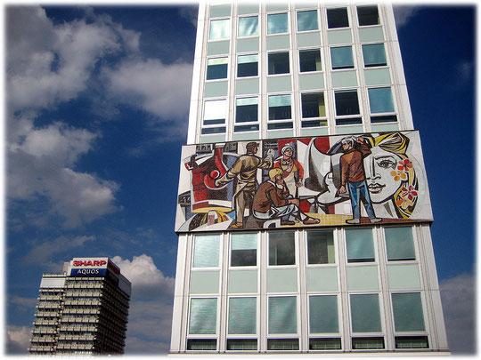 Das Haus des Lehrers am Alex in Berlin von der Seite. Bilder und Fotos aus der DDR. Kommunistische Symbole und sozialistische Symbole in der DDR und Ostberlin. Hinter dem Wandbild von Walter Womacka.